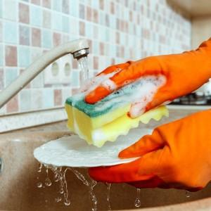 πλύσιμο πιάτων στο χέρι