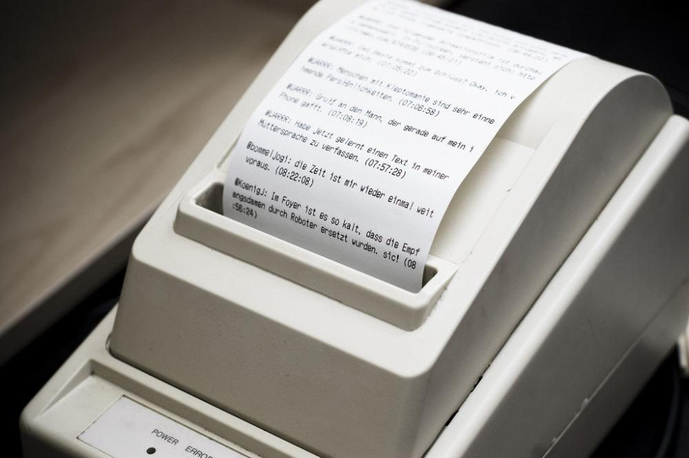 Ασπρόμαυρος θερμικός εκτυπωτής τυπώνει tweets αντί για αποδείξεις. Γιατί όχι;