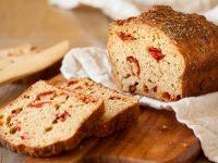 Αλμυρό κέικ ελαιόλαδου με ντοματίνια φέτα και πιπεριά