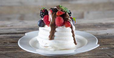 Πάβλοβα με κόκκινα φρούτα και λευκή σοκολάτα από τον Άκη Πετρετζίκη