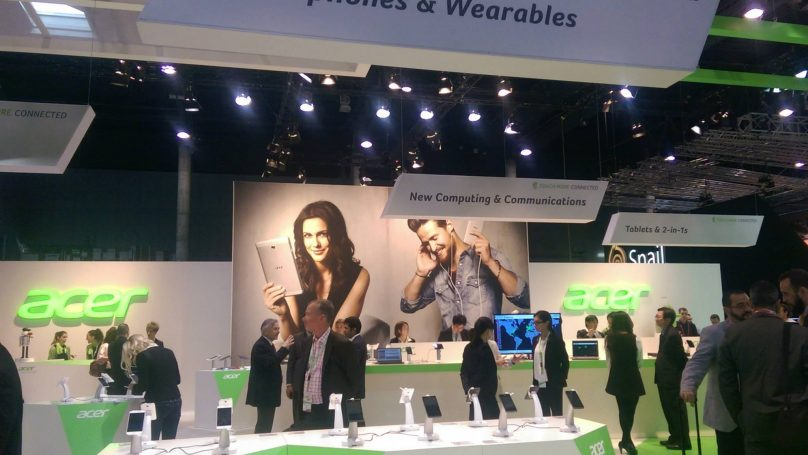 To stand της Acer με smartphones, wearables, laptops και tablet 2 σε 1