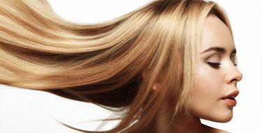 Οι καλύτεροι τρόποι για να ισιώσεις σγουρά και σπαστά μαλλιά στο σπίτι