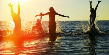 Βραδινό μπανάκι: Πώς να οργανώσεις το καλύτερο beach party