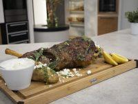 Αρνίσιο μπούτι στη σχάρα με αρωματική σάλτσα – Κουζίνα: Ιστορίες με τον Ανδρέα Λαγό