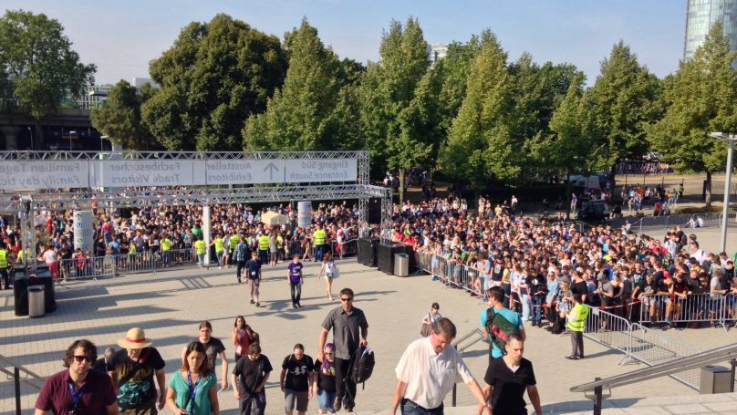 Σήμερα άνοιξε η έκθεση και για το κοινό. Και...χαμός στην αναμονή. Πέρυσι οι επισκέπτες ήταν πάνω από 330.000. Φέτος; #gamescom