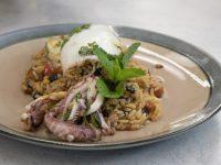 Καλαμάρι γεμιστό με σταφίδα και κουκουνάρι – Κουζίνα: Ιστορίες με τον Ανδρέα Λαγό