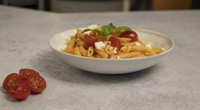 Καλοκαιρινή και light μακαρονάδα με ωμή σάλτσα ντομάτας, φέτα και βασιλικό
