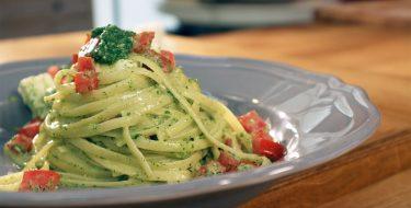 Λιγκουίνι με Πέστο Ρόκας, Φέτα και Φρέσκια Ντομάτα – Γιώργος Τσούλης – Chef στην Πρίζα