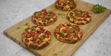 Ταρτάκια με γιαούρτι, φέτα και ντοματίνια – Κουζίνα: Ιστορίες με τον Ανδρέα Λαγό