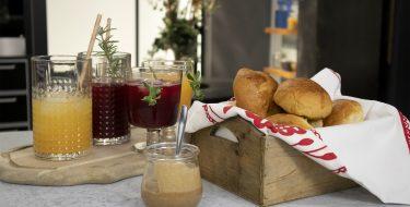 Πρωινό με αφράτα ψωμάκια και χυμούς – Κουζίνα: Μαζί με τον Ανδρέα και την Ελένη