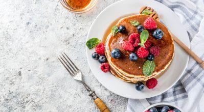 Pancakes με μέλι και φρούτα