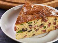 Αλμυρό κέικ με πιπεριές, λουκάνικο και τυριά