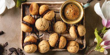 Μπισκότα αμυγδάλου με γεύση καφέ και γέμιση σοκολάτας