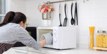Ποιες τροφές δεν πρέπει να βάζεις στον φούρνο μικροκυμάτων