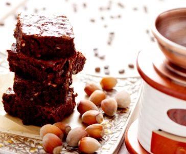 Brownie με ελαιόλαδο, καφέ εσπρέσο και φουντούκια