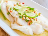 Ψάρι στον ατμό με γλυκοπικάντικη salsa