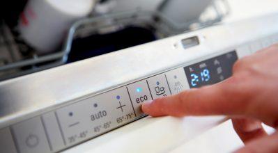 Πώς τα οικολογικά προγράμματα γλιτώνουν ρεύμα και νερό στα πλυντήρια ρούχων και πιάτων!