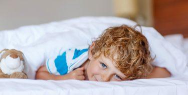 Επιστροφή στο σχολείο: συμβουλές για να ξυπνάει το παιδί πάντα στην ώρα του