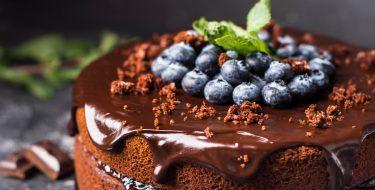 Εύκολη τούρτα σοκολάτας με μύρτιλα
