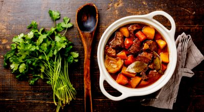 Μοσχαράκι κρασάτο με πατάτες και καρότα στη χύτρα