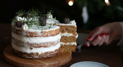 Χριστουγεννιάτικη τούρτα με κέικ καρότου και frosting mascarpone