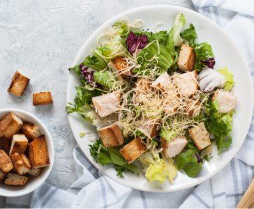 Σαλάτα του Καίσαρα: Η ιστορία και η συνταγή μιας θρυλικής σαλάτας