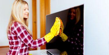 4 Tips για να καθαρίζεις την TV σου χωρίς βλάβες ή άλλα «ατυχήματα»!