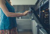 5 λάθη που κάνουμε όταν μαγειρεύουμε και καταναλώνουμε περισσότερο ρεύμα