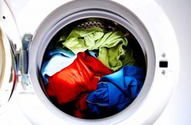 7 τρόποι για να γλιτώσεις ρεύμα και νερό στο πλύσιμο των ρούχων