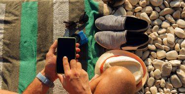 Οδηγός «επιβίωσης» στην παραλία: Ποια gadgets πρέπει να έχεις μαζί σου!