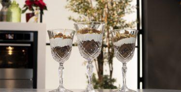 Trifle με μελομακάρονα από τον Άκη Πετρετζίκη – Κουζίνα: Ιστορίες με τον Ανδρέα Λαγό