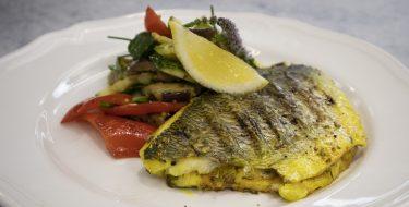 Κουζίνα: Ιστορίες με τον Ανδρέα Λαγό – Τσιπούρα με σαλάτα μπριάμ
